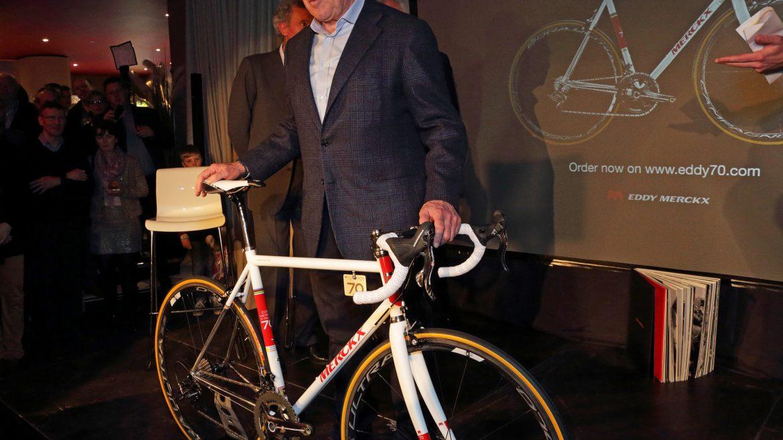 Eddy Merckx mit einem von ihm produzierten Rennrad