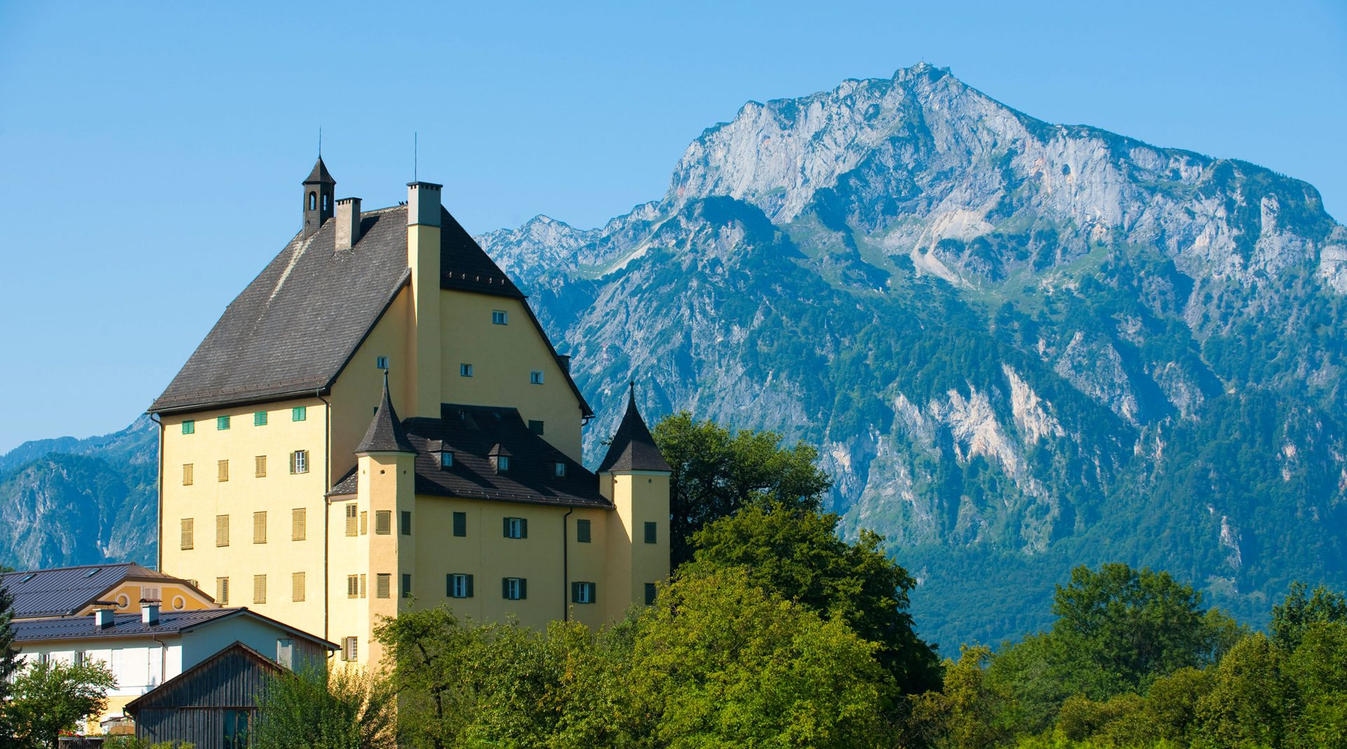 Schloss Goldenstein, in the background the Untersberg