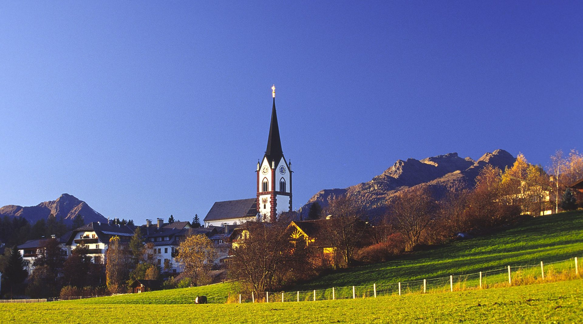 Blick auf Mariapfarr mit dem pägnanten Kirchturm