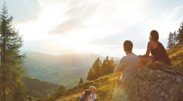© SalzburgerLand Tourismus, Ideenwerk werbeagentur Gmbh - familiy enjoying sunset in the Alpine Summer