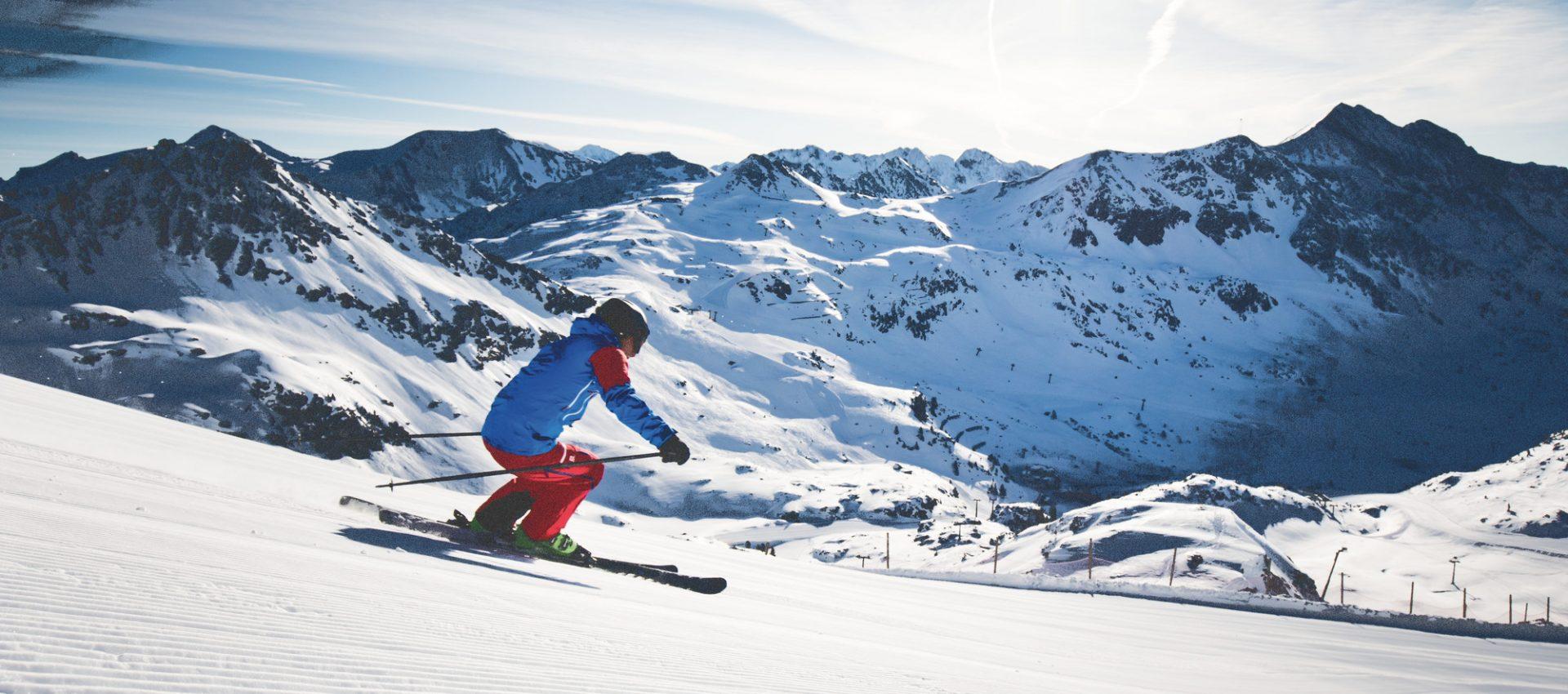Skifahrer genießt die herrlichen Pisten des SalzburgerLandes bei schönstem Sonnenschein