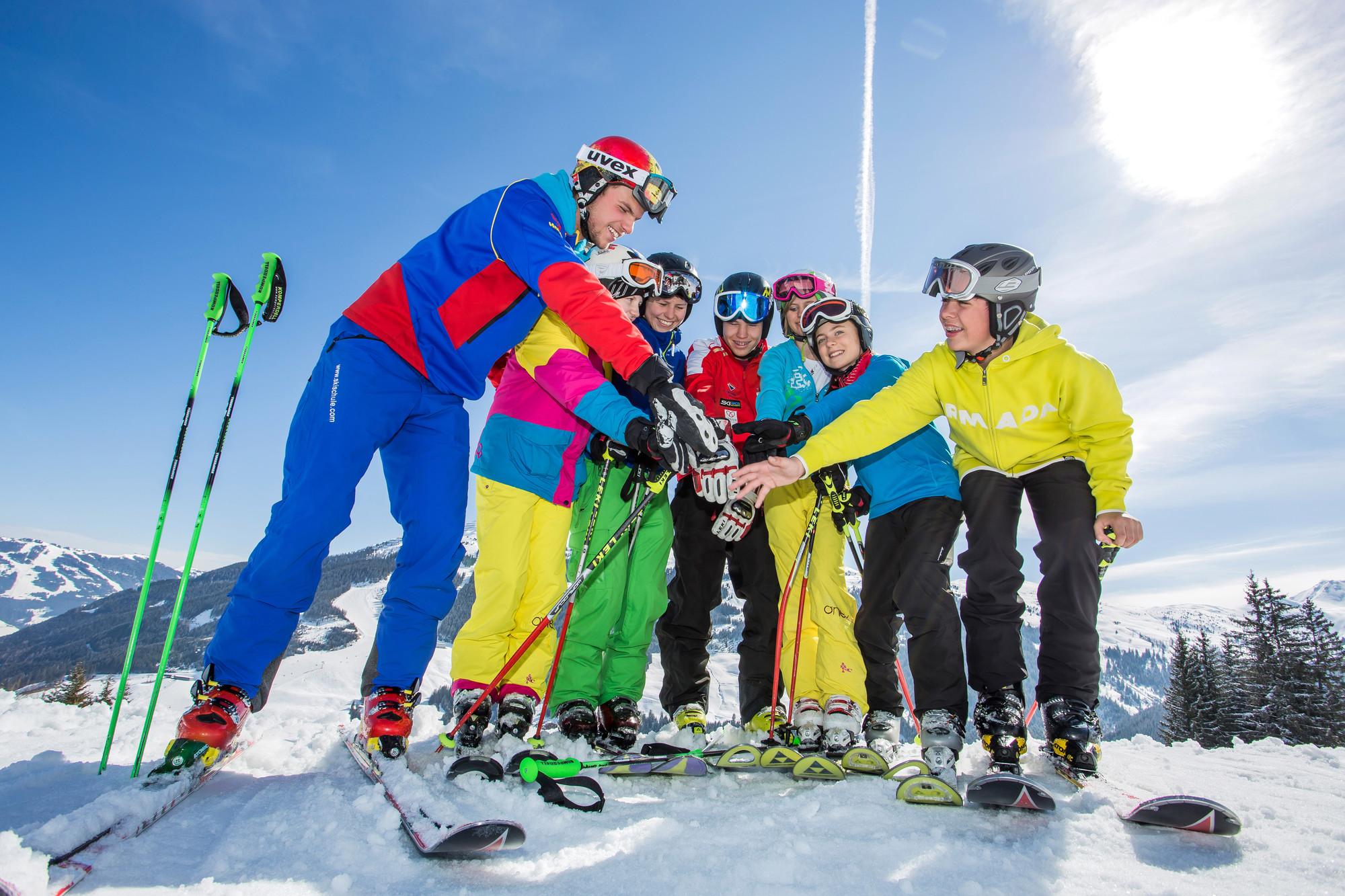 Eine Skikurs-Gruppe reicht sich die Hände