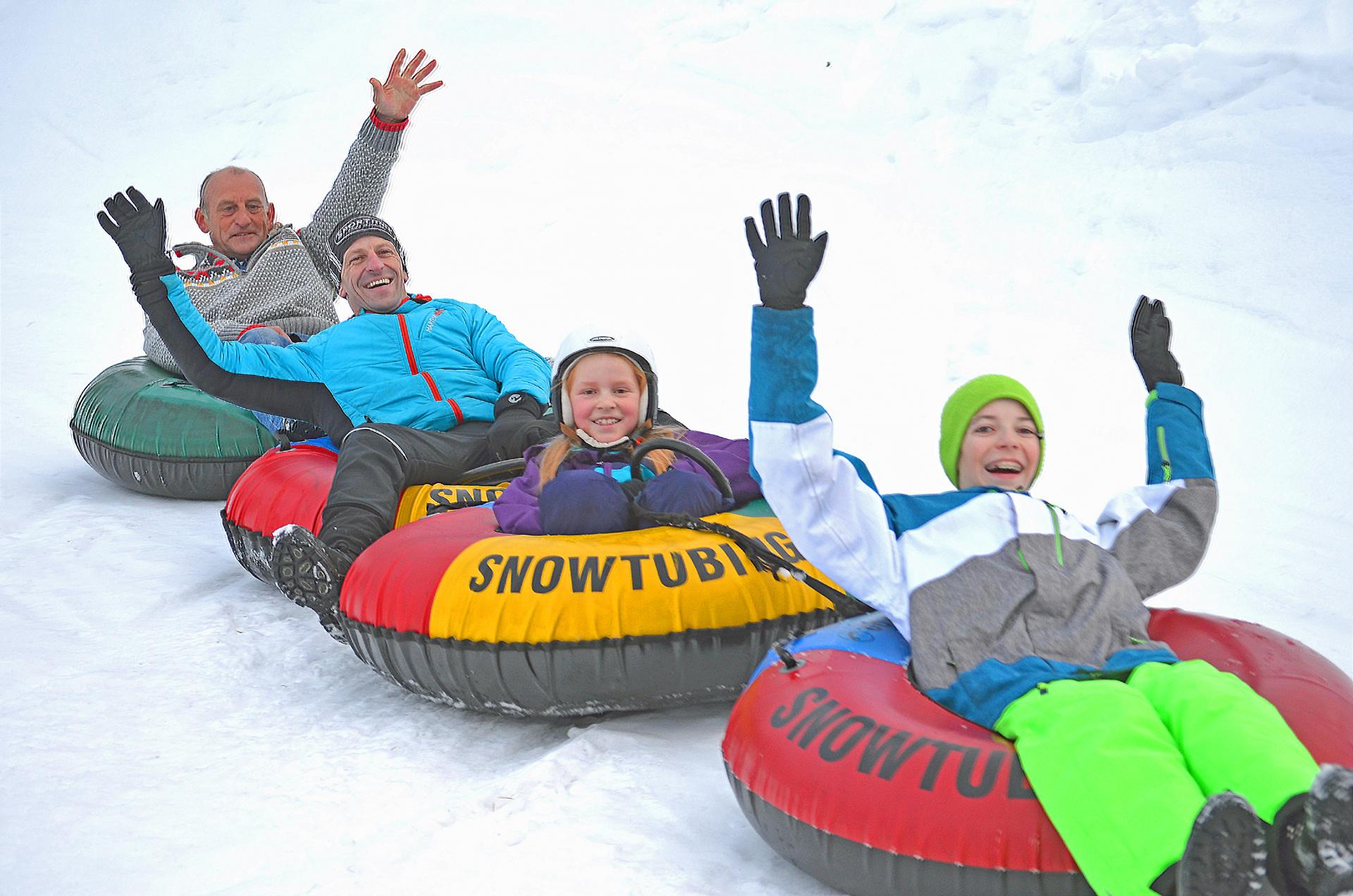 Familie - Kinder, Vater, Großvater - beim Snowtuben