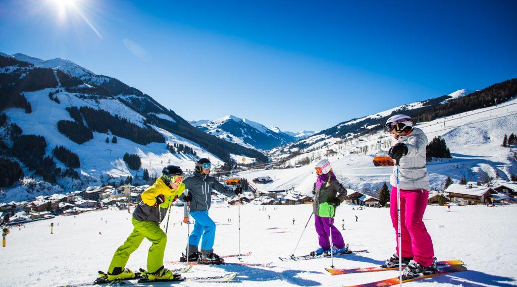 Familie beim Skifahren in Saalbach HInterglemm.
