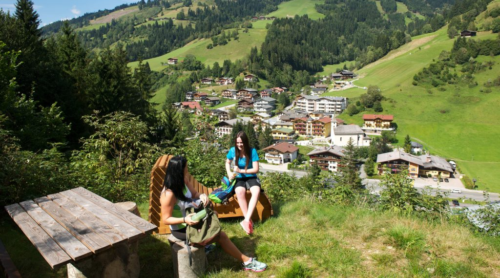 Zwei Frauen am Rastplatz beim Wandern in Viehhofen.