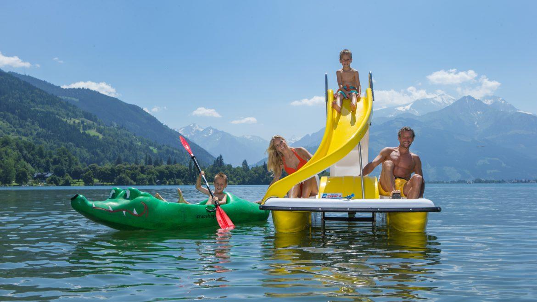 Familie auf Tretboot im Zeller See.