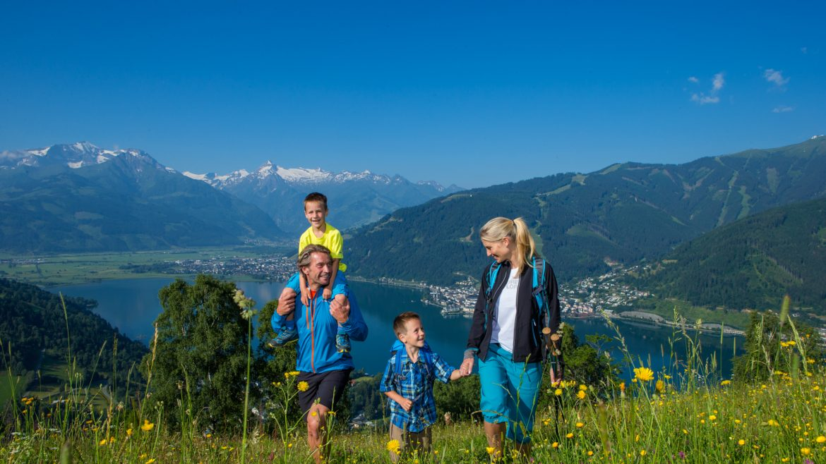 family hiking in SalzburgerLand
