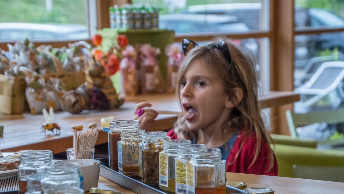 Isabella tastes the honey in Attersee