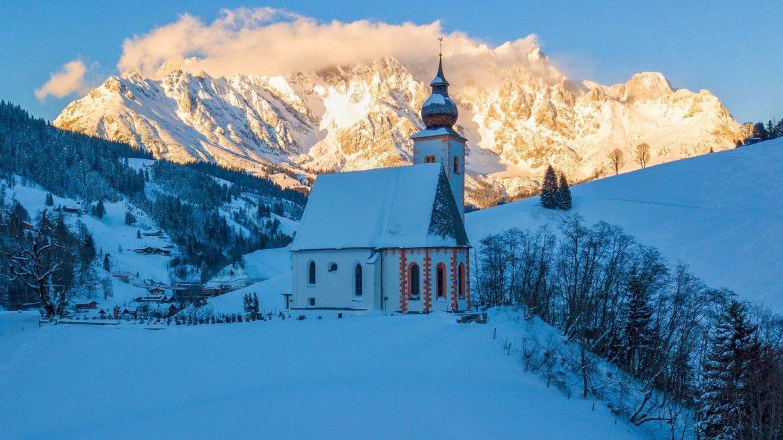 A Szent Miklós plébániatemplom téli látványa Dientenben, Bergkirche Kirche Hl. Nikolaus in Dienten