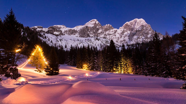 Kivilágított ösvény a karácsonyi idill idején Filzmoos-ban, Weihnachtsidylle