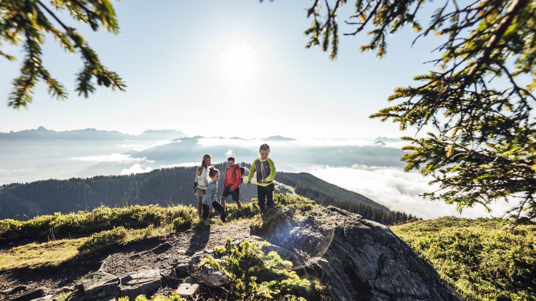 Családi túra a hegycsúcsra, Familienwanderung zum Gipfel