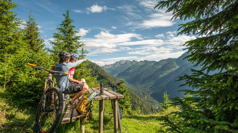 Siehst du den Gipfel dort drüben - Bikepause am Bankerl im Wald, pihenő kerékpárosok az erdőben