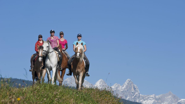 4 persone a cavallo sui prati ad Altenmarkt
