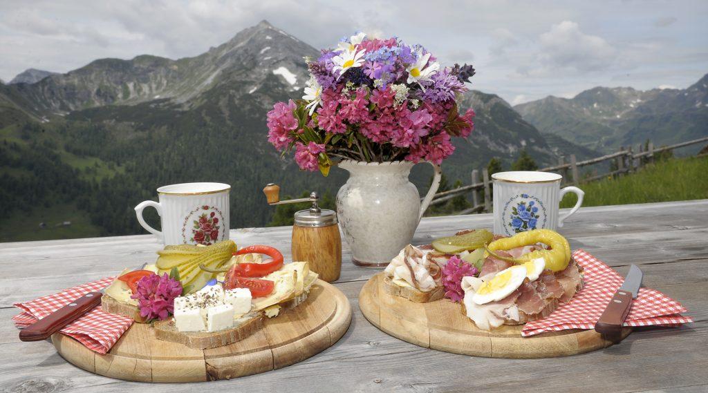 La tipica merenda dal tagliere del Lungau con formaggio e affettati