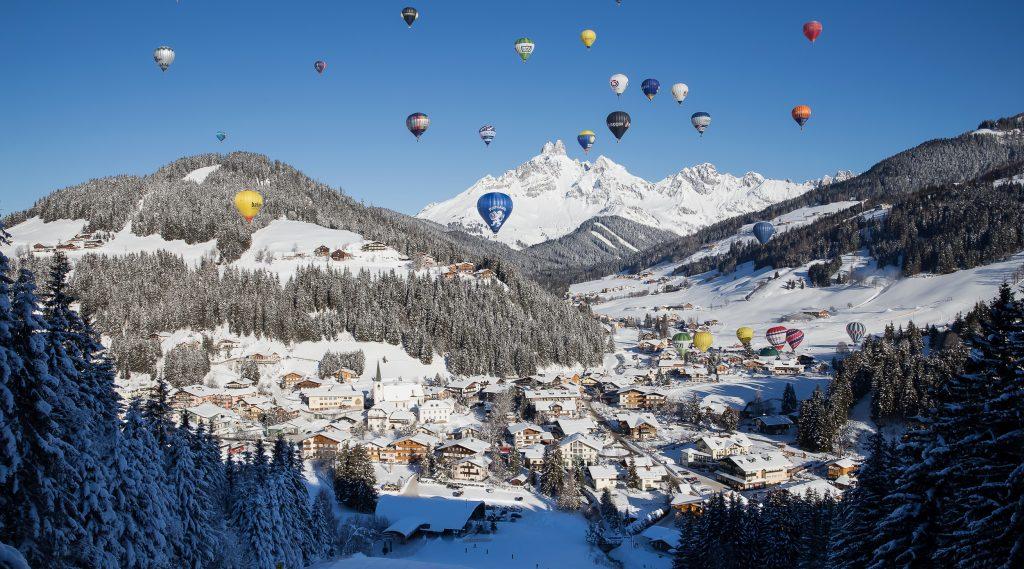 Palloni aerostatici in volo sopra Filzmoos d'inverno