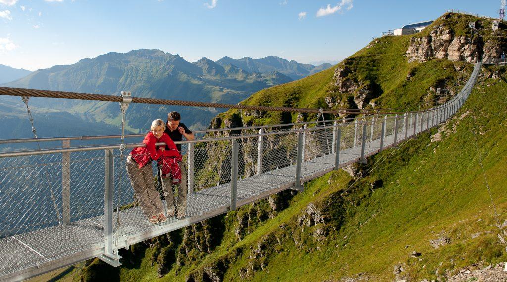 Escursionisti sul ponte sospeso dello Stubnerkogel a Gastein