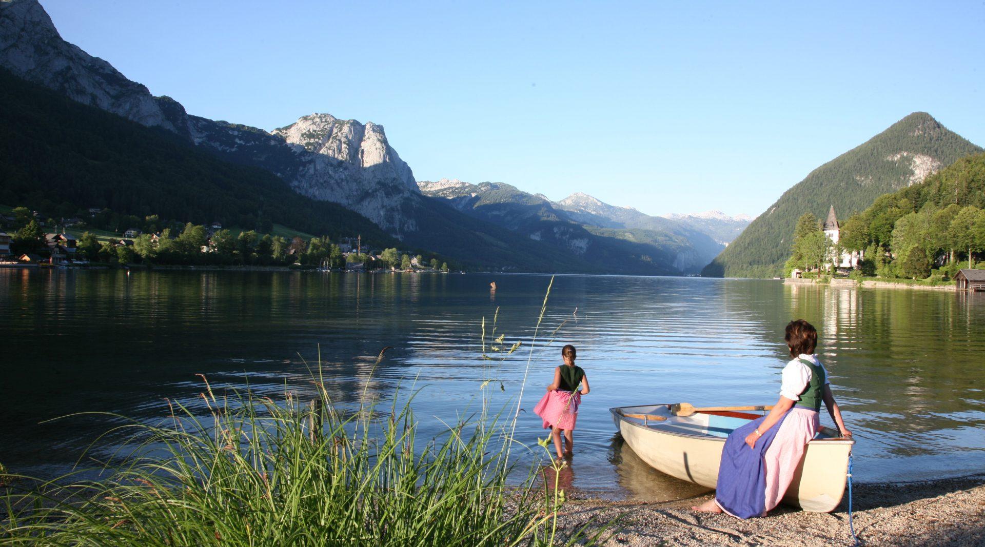 Barca a remi sulla riva del lago Grundlsee
