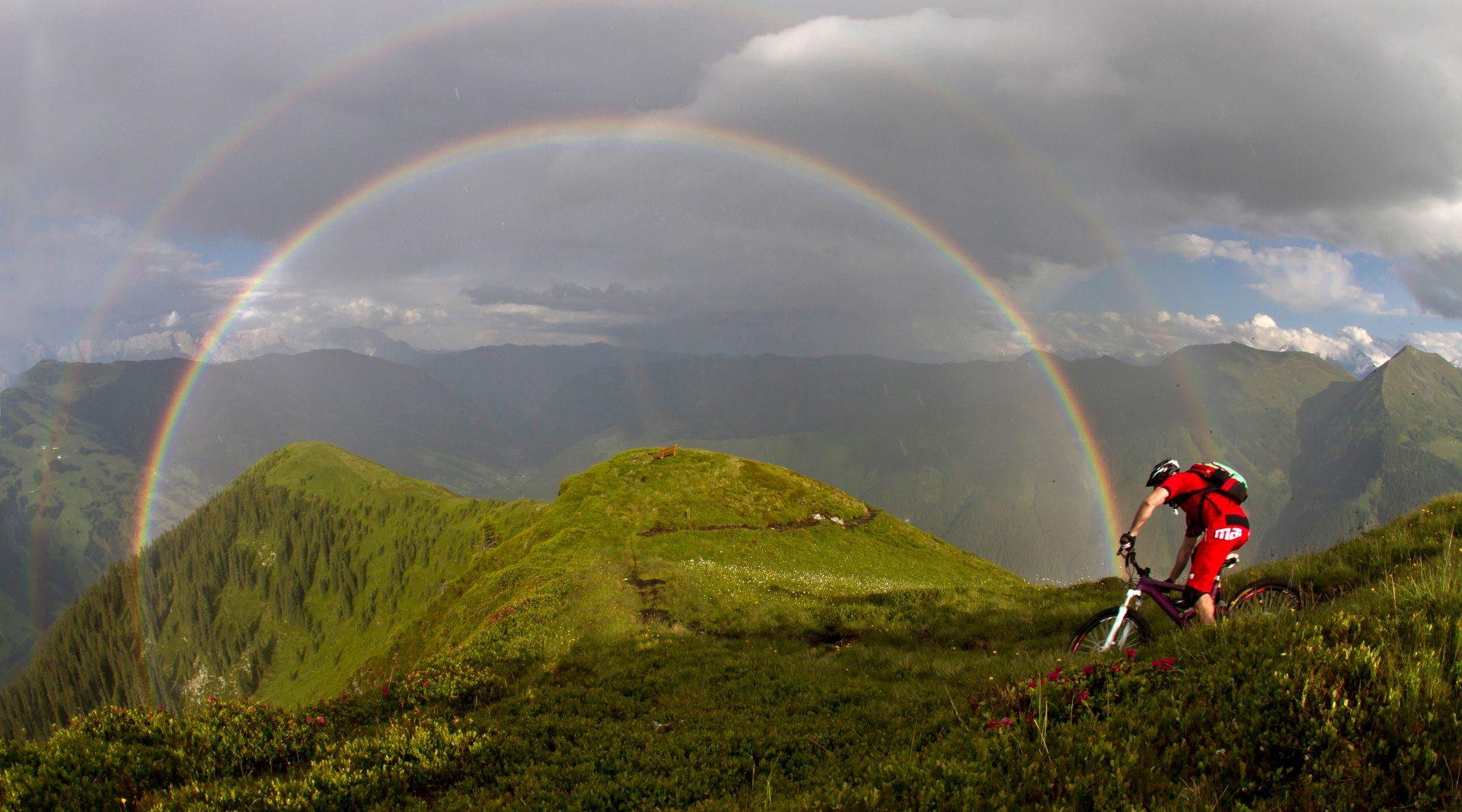 In mountainbike in mezzo a un arcobaleno sui monti di Saalbach Hinterglemm