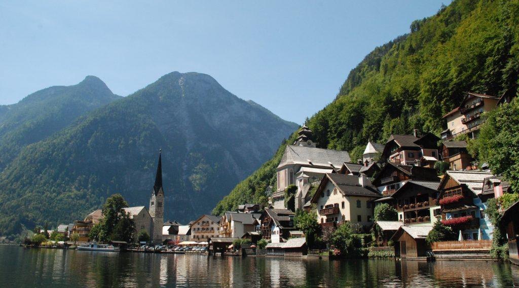 Il paese di Hallstatt sulla riva del lago omonimo