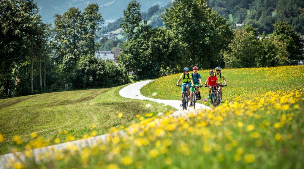 Ciclisti sulla ciclabile dei Tauri che attraversa un prato