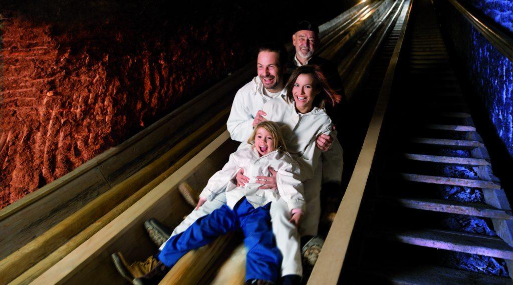 Turisti sullo scivolo dei minatori nelle miniere di sale di Hallein