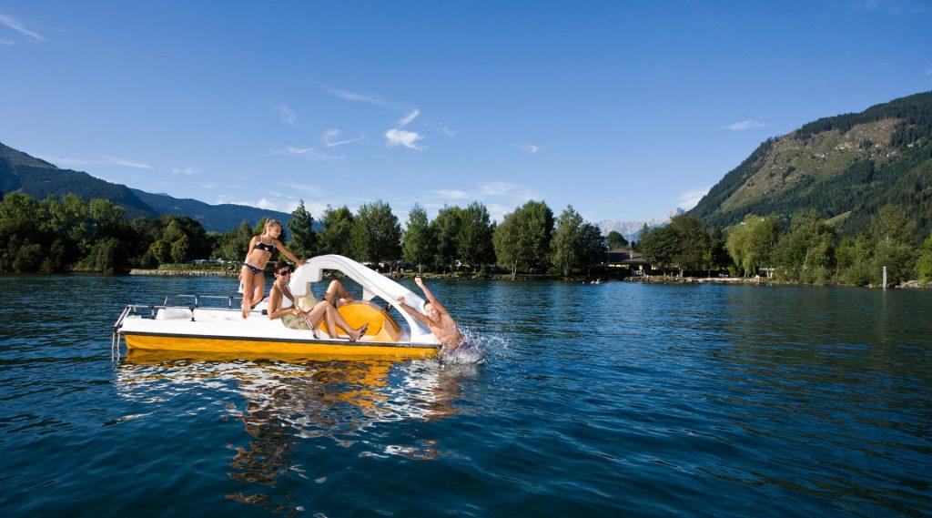 Kamperen aan een meer. Plezier op het water