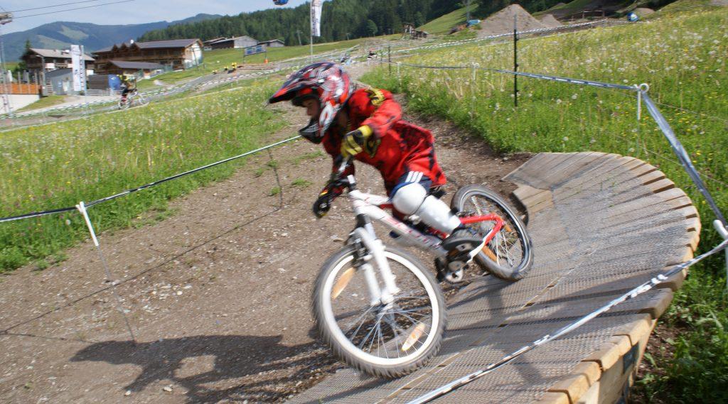 Een jonge mountainbiker in het familie bikepark