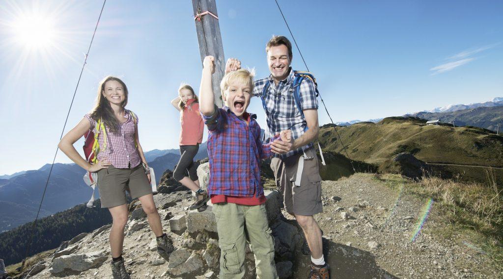 Een familie op de top van een berg