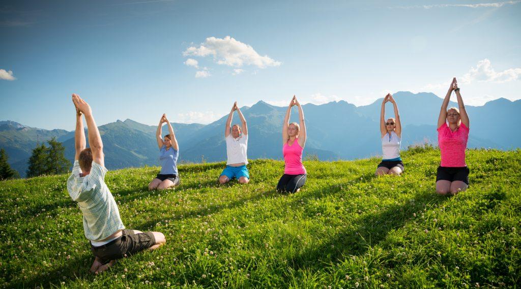 Een groep doet yoga op de berg
