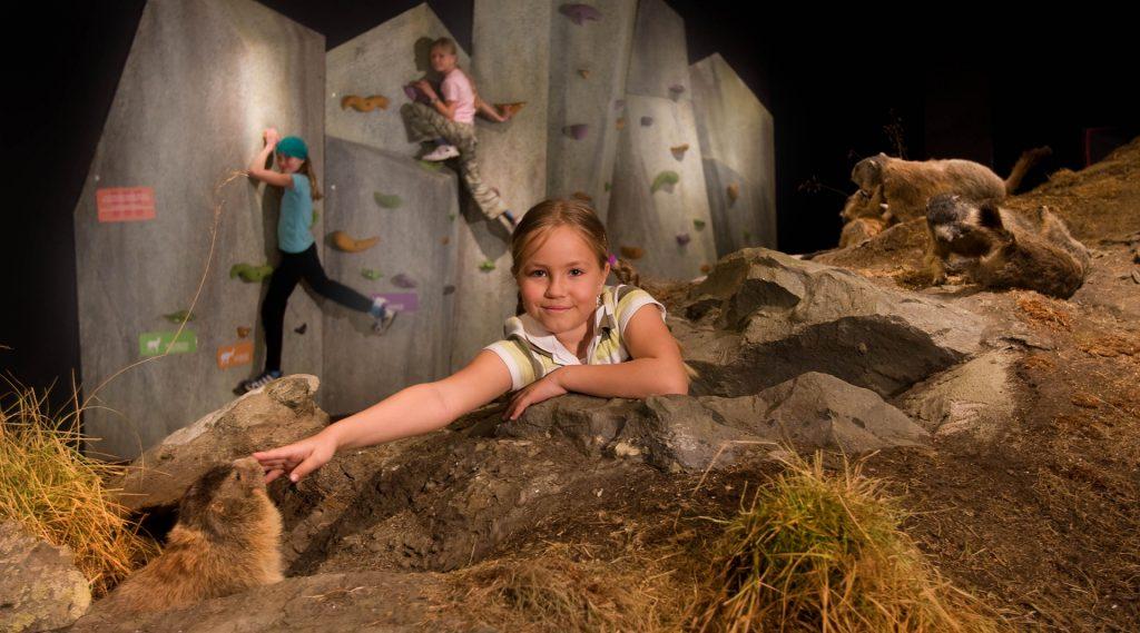 Kinderen spelen in het museum van het Nationaal park Hohe Tauern