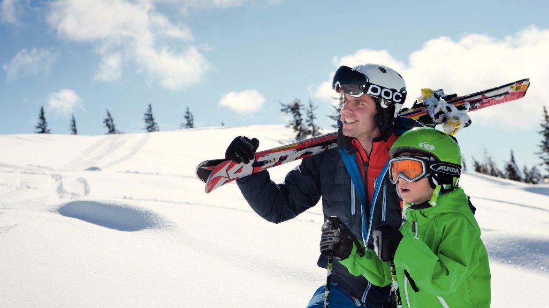 Vader en zoon genieten samen van het skiën