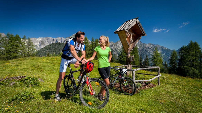 Twee mountainbikers genieten van het berglandschap