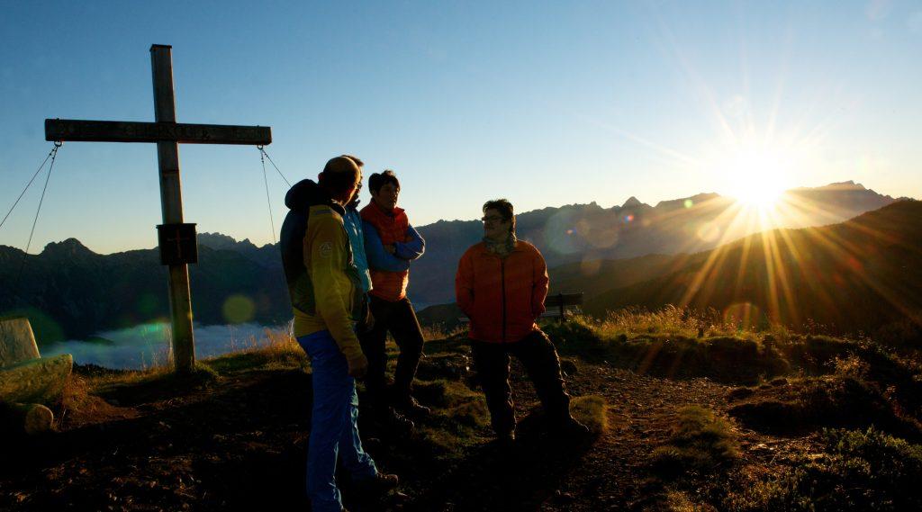 Een groep wandelaars geniet van een zonsopgang