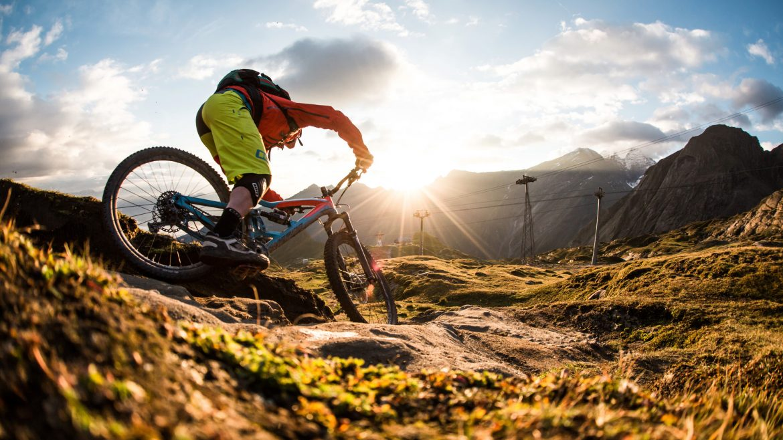 Mountainbiker op een trail
