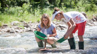Twee kinderen wassen goud in Rauris