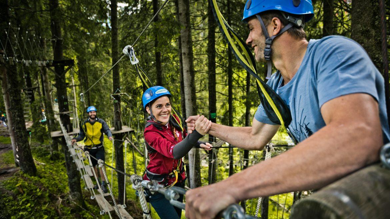 Twee mensen in een touwenparcours