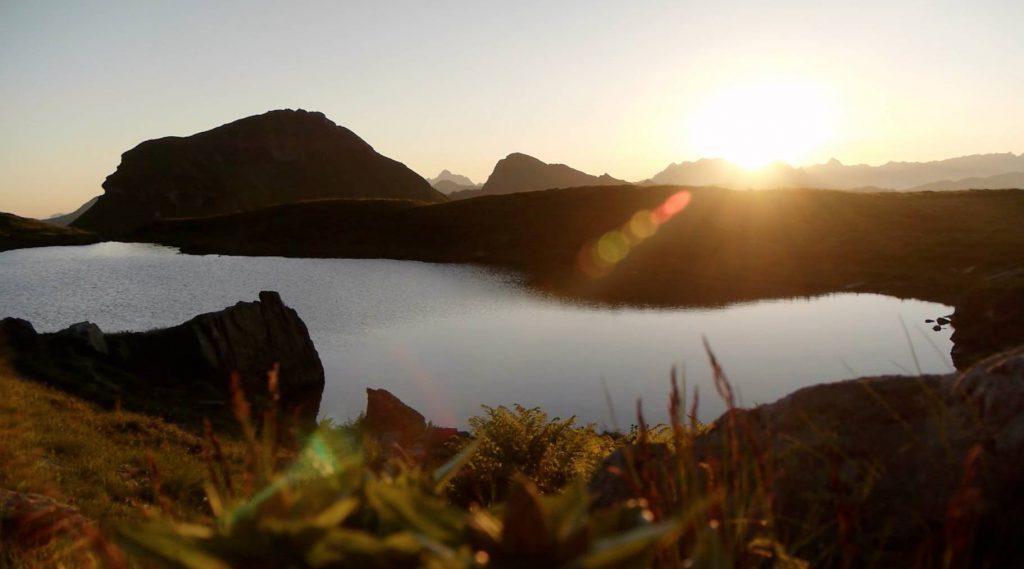 Zondsondergang bij een bergmeer