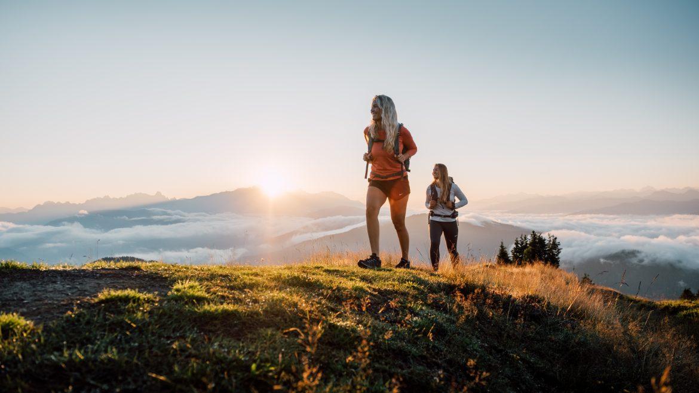 2 Wanderinnen bei Sonnenaufgang