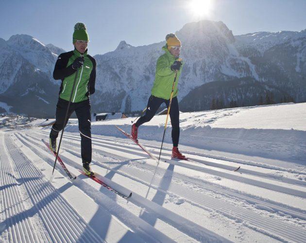 Para narciarzy na biegówkach